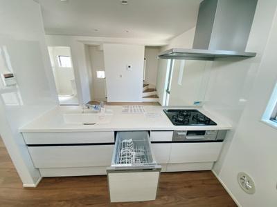 食洗機付き!お料理しながらリビング・家族を見渡せる対面キッチン♪家族の会話もはずみます♪ 床下収納庫や通風・明かり採りに便利な窓も完備!