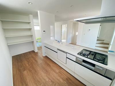 キッチンサイドにはパントリーを備えています。物が増えがちなキッチン周りもスッキリですね!