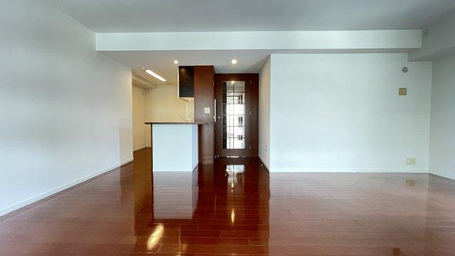 豊かなプライベートタイムへ誘う玄関。デザインや素材が美しい調和を奏でている空間です。