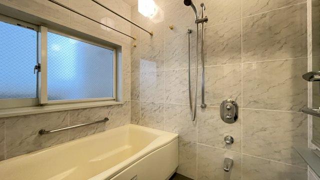 追い焚き機能が付いた経済的なユニットバス!浴室乾燥機付で雨の日でも楽々お洗濯♪
