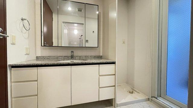 ホテルのような高級感あふれる洗面台はとても広々として身支度にもより一層気合がはいりそうです♪