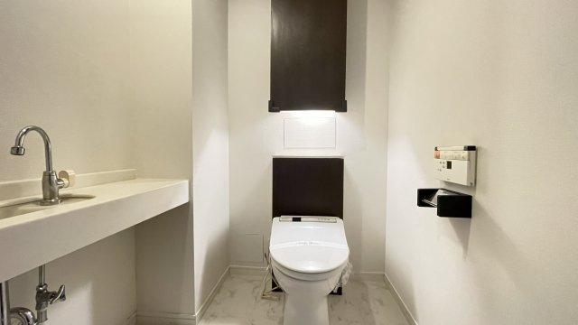 トイレも高級感あふれる空間に!冬は便座も温水も温かく快適なシャワー付トイレ♪上部には収納を設置◎