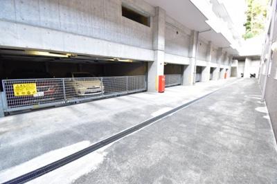 敷地内に駐車場がございますので、お車をお持ちの方でも安心です。空き状況は都度お問い合わせ下さい。