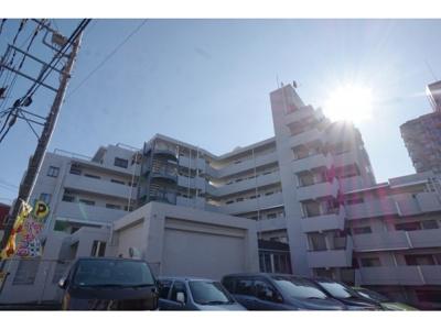 RC造8階建て、総戸数57戸のマンションです。