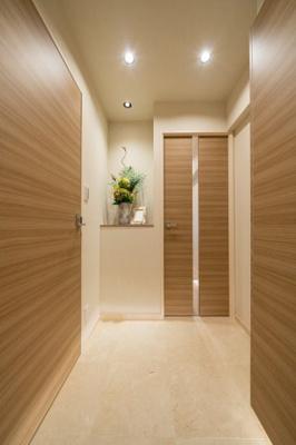玄関からは居室が直接見えない造りになっており、プライバシーも保てます。