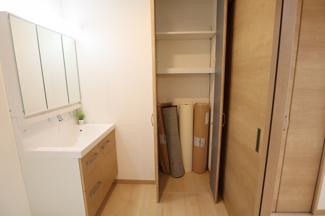 脱衣所には収納があり、タオルなど様々な使用可能
