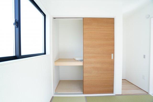 座布団やお布団、季節物の家電など収納できます。あると便利な押入です。