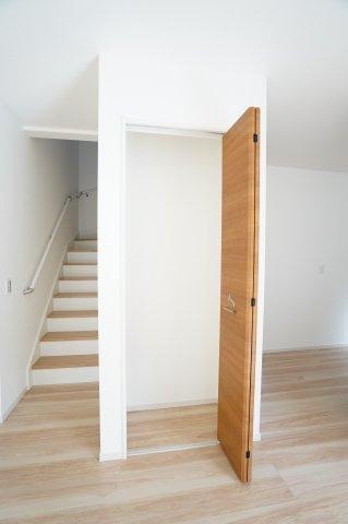 階段下収納です。掃除用具を入れておいていつでも気になった時にパッと出し入れしたいですね。