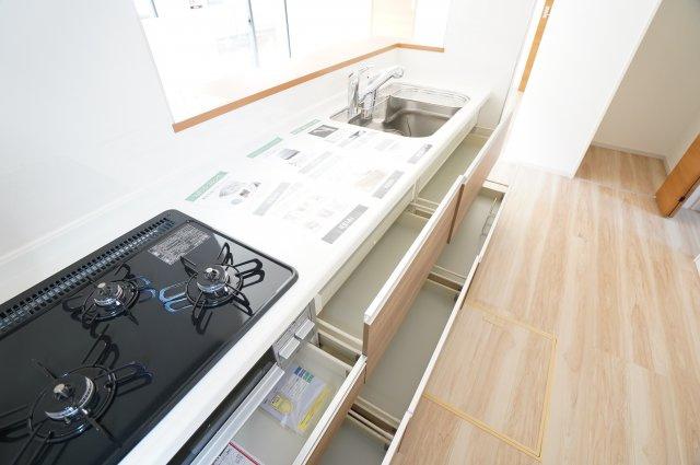 【同仕様施工例】キッチン横のパントリーです。
