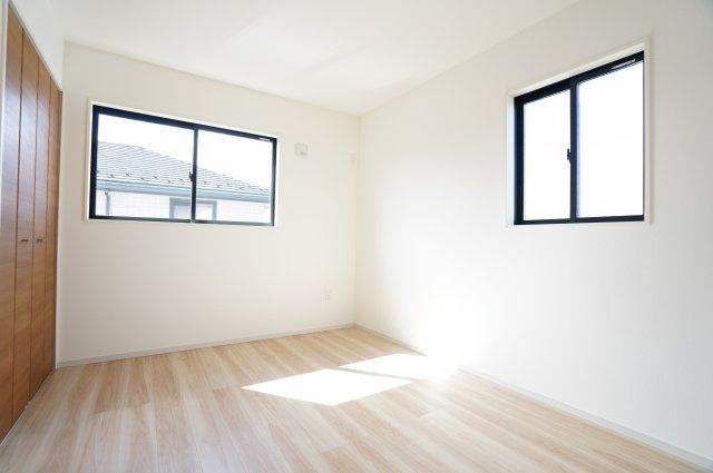 【同仕様施工例】窓が2面ありますので、気持ちのよい風が入ってきそうなお部屋です。換気も十分にできます。