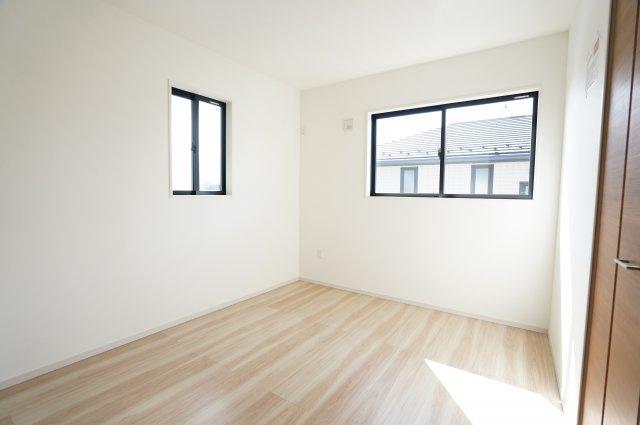 2階5.5帖 2階に4部屋ありますのでプライベートの時間も大切にできます。