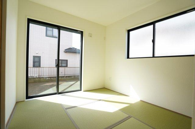 5畳 ゴロゴロするのに心地よい空間です。陽の光も入り気持ちよく過ごせそうですね。
