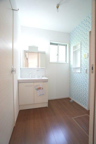 清潔感のある洗面所です。窓もありますので換気できます。