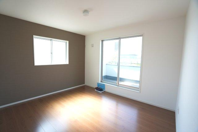 2階7.2帖 バルコニーがあり大きな掃出し窓で明るいお部屋です。