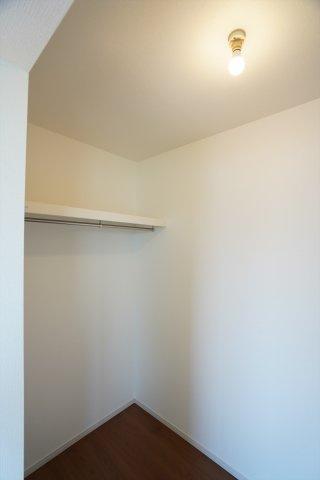 2階7.2帖 パイプハンガーや収納棚があり、シーズンを気にせず収納できるので使い勝手がいいです。
