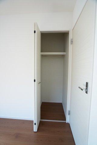 2階6帖 収納ケースを上手に活用してすっきり片付けたいですね。