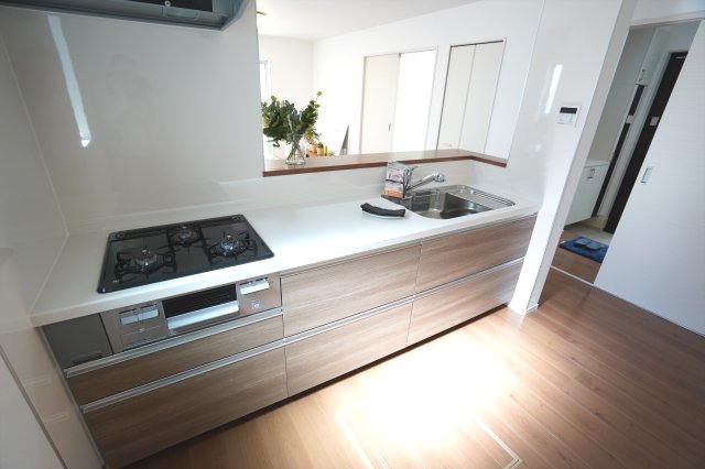 システムキッチンなのですっきりしています。お手入れがラクラクなのもうれしいですね。