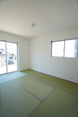 6帖 2面窓からの差込む光で昼間も明るく暖かく快適に過ごせそうですね。