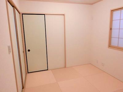 【現地写真】 客間や子供のお昼寝にも利用できる、琉球畳がキレイな和室です♪
