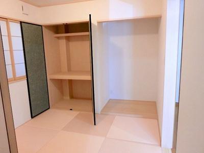 【現地写真】居室クローゼットは、洋服やクリアーボックスなどもしまえるクローゼットを設置♪ ひろ~い収納はママにとって嬉しいですよねっ♪