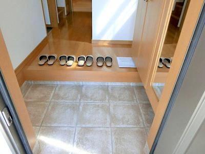 【現地写真】 明るく開放的なひろ~い玄関♪収納も豊富で、お家の「顔」をいつもキレイにしておけます♪ 家族の靴をしっかり収納出来る大容量シューズクローゼット♪