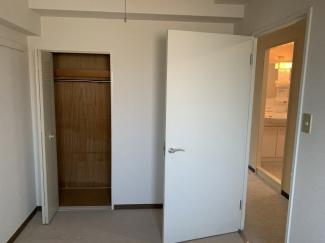 玄関横の洋室4.5帖です♪収納スペースも有り、室内を有効に使用していただけます!!