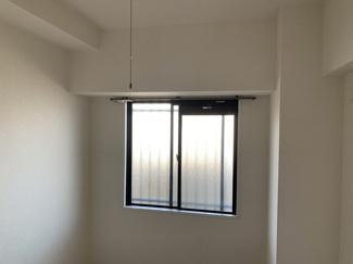 玄関横の洋室4.5帖です♪東側に窓があり、朝日が優しく照らしてくれます(^^)
