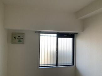 玄関横の洋室5.5帖です♪独立した居室で在宅ワークのお部屋としてもいいですね(^^)