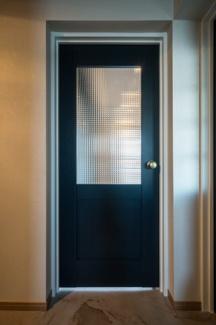 シックでおしゃれな玄関からダイニングへのドア