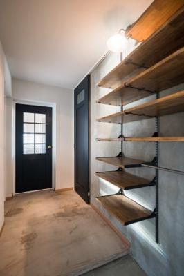 玄関からリビングへ、床は機能性と意匠性を兼ね備えたモールテックス