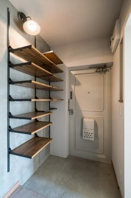 玄関にはオープン収納の棚あり