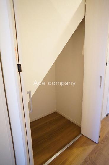 2階廊下にある階段下収納です♪