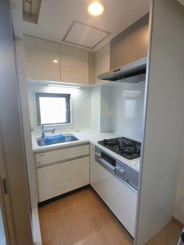 家事効率の良いL字型3口ガスコンロのシステムキッチンです。 窓があり明るく換気ができます。