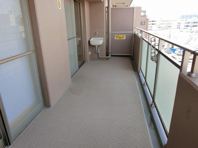 【現地写真】  高層階ならではの気持ちの良い眺望はこのお部屋の自慢です。もちろんお洗濯物を干すスペースとしても十分な広さがあります♪