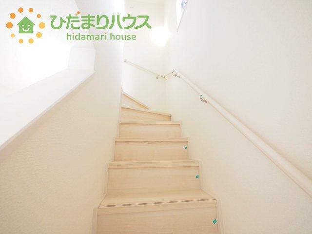 手すりつきで安全な階段です^^