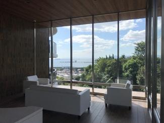 エントランスロビー。海と緑が見えるエントランスからの風景は四季折々の景色を楽しめます♪入居者のみが利用できる憩いのスペースです。