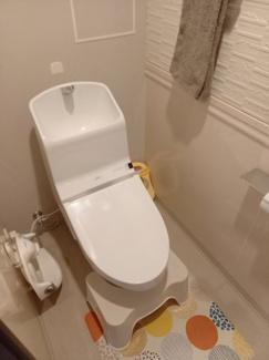 パネルが貼ってあるお洒落なトイレです♪