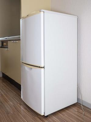 2ドア冷蔵庫付。画像にはありませんが電子レンジもついています。