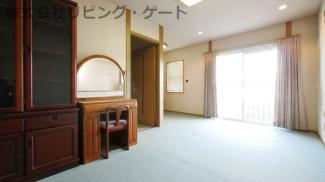 バルコニーに出入りできる 2階の10.2帖の洋室です。