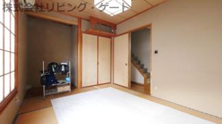 押入、床の間がある6帖の和室です