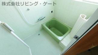 追い炊き機能等を備えたお風呂です、心が落ち着く緑の浴槽