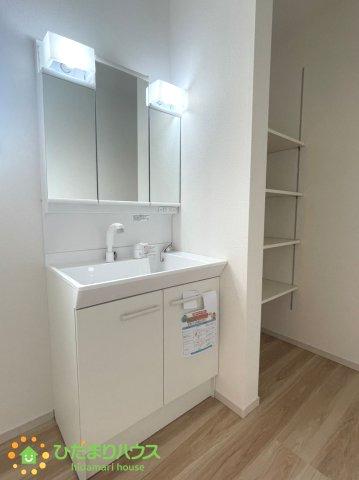 大きな鏡にシャワー付きの洗面台、朝の準備も捗ります♪