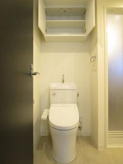 トイレの上にも収納棚が付いています。