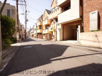前面道路は幅員約5.1mで駐車もしやすいです。