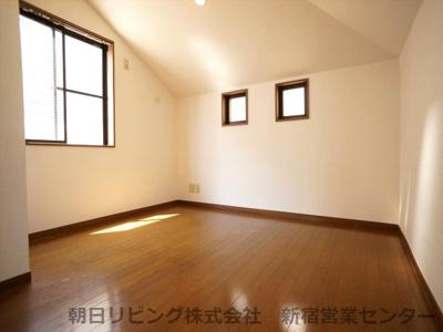 約4.17帖の洋室。南東向きで2面採光で明るいお部屋です。