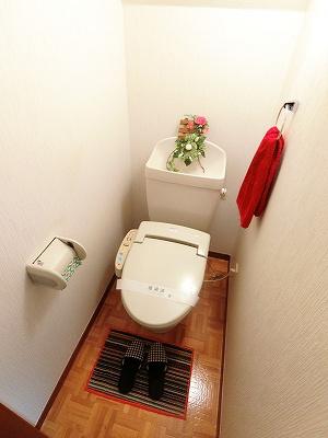 人気のシャワートイレ・バストイレ別です!トイレが独立していると使いやすいですよね☆横にはタオルを掛けられるハンガーもあります♪