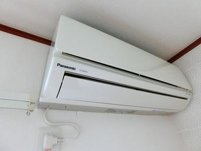 洗面所内、シャンプードレッサー横にある室内洗濯機置き場です♪防水パンが付いているので万が一の漏水にも安心です!洗面所は窓付きで湿気がこもりにくいのも嬉しいですね♪