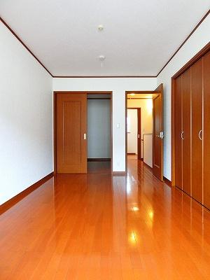 2階・南西向き洋室6帖、バルコニーからの眺めです!ベッドを置いて寝室にするのもオススメです☆