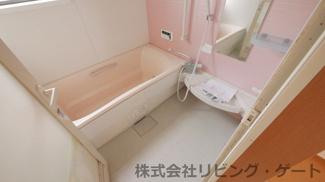 ピンクのかわいらしいお風呂です