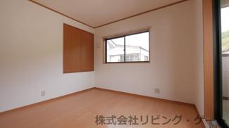 2階の洋室。収納あり。